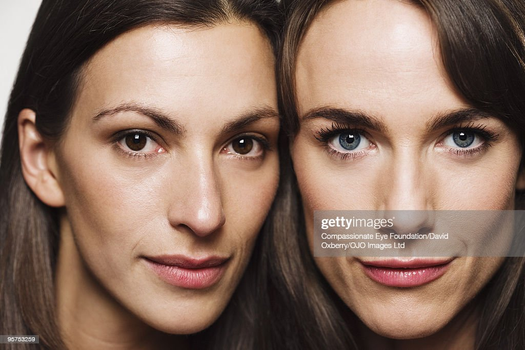 Close up of two brunette women : Foto de stock