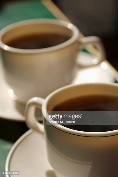 close up of two coffee cups - dois objetos - fotografias e filmes do acervo