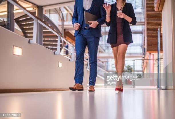 一緒に歩いている未知の女性と男性のクローズアップ。 - レザー・シューズ ストックフォトと画像