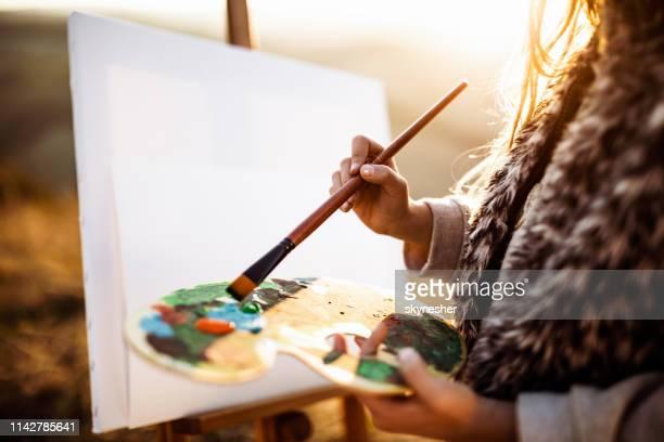 nahaufnahme der unerkennbaren mädchenmalerei in der natur. - malerleinwand stock-fotos und bilder