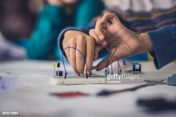 電気部品の配線の接続認識できない子供のクローズ アップ。