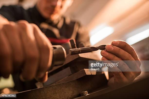 Nahaufnahme der gemachten Mechaniker Vorbereitung Drehmaschine-Maschine bei der Arbeit.