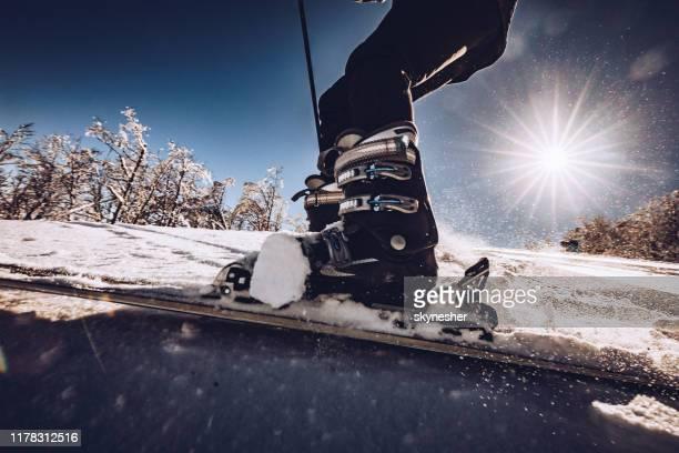 feche acima do esqui irreconhecível da pessoa na neve. - esqui alpino - fotografias e filmes do acervo