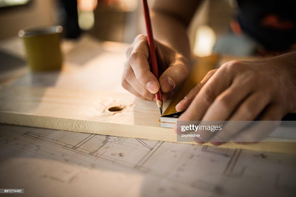 Nahaufnahme von unkenntlich Arbeiter Holzbohle schöpfend. : Stock-Foto