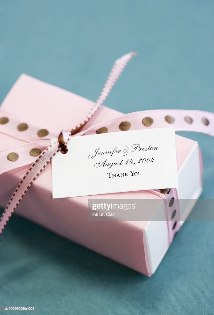 Close up of wedding 'thank you' gift, studio shot : Stockfoto