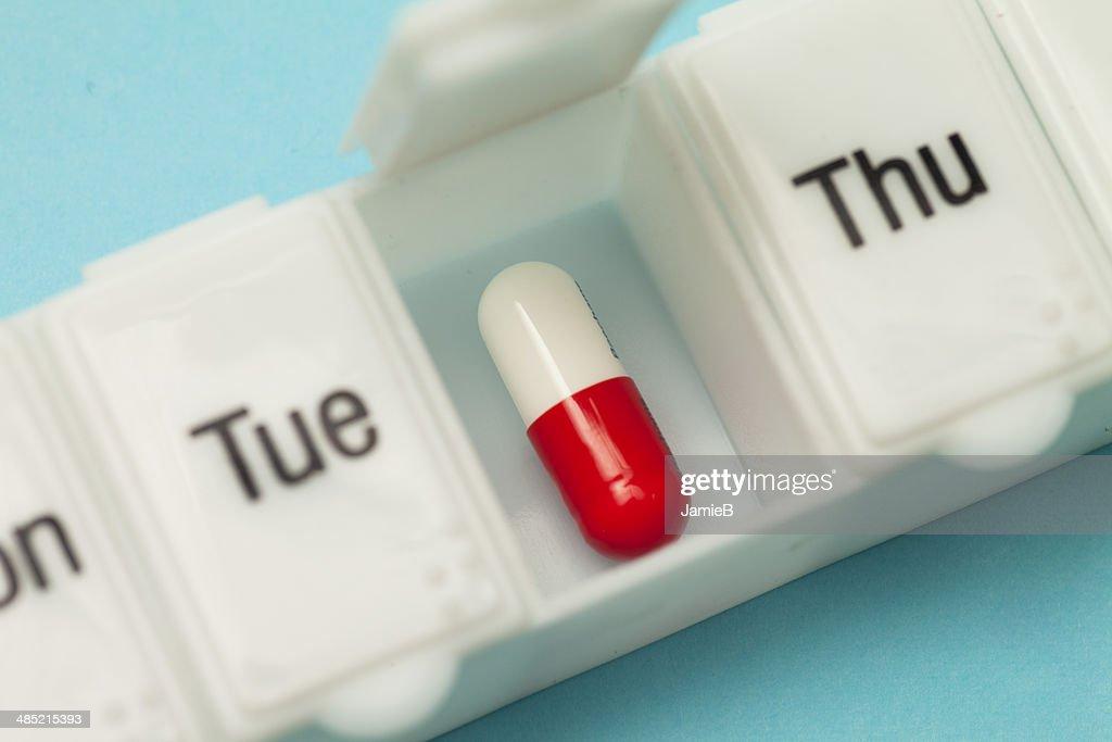 Plano aproximado de uma pílula diária de : Foto de stock
