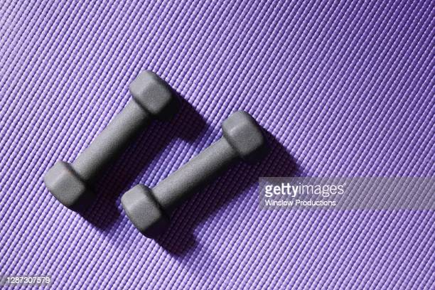 close up of weights on yoga mat - エクササイズマット ストックフォトと画像