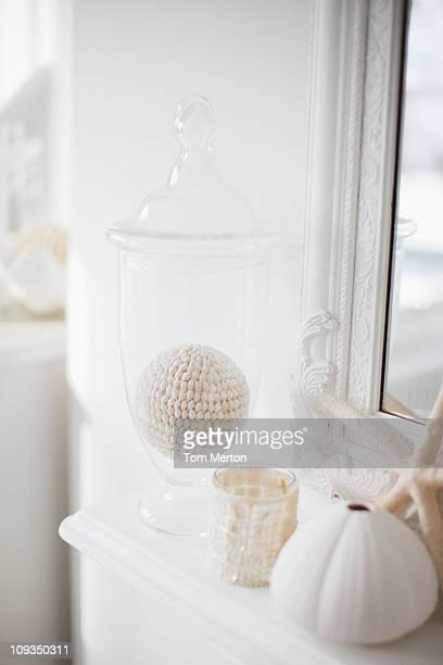 Nahaufnahme des weißen Dekorationen auf Wohnzimmer Kaminsims
