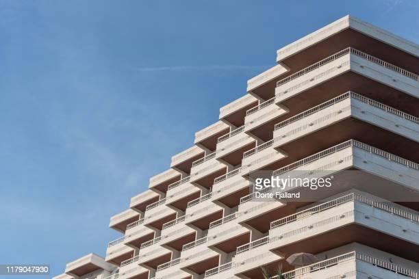 close up of white, tall concrete building against a blue sky - dorte fjalland fotografías e imágenes de stock