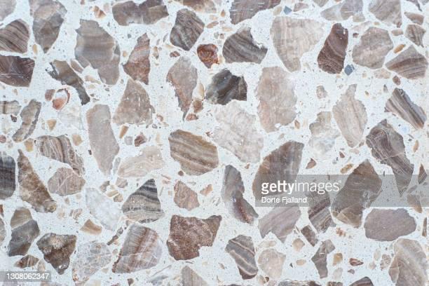 close up of white terrazzo with brown and beige pieces - dorte fjalland fotografías e imágenes de stock