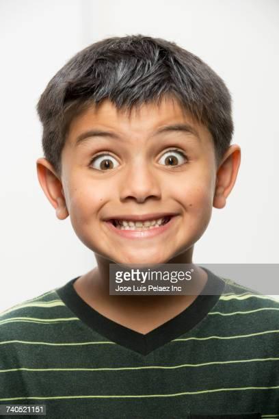 close up of wide-eyed boy - surprise face kid - fotografias e filmes do acervo