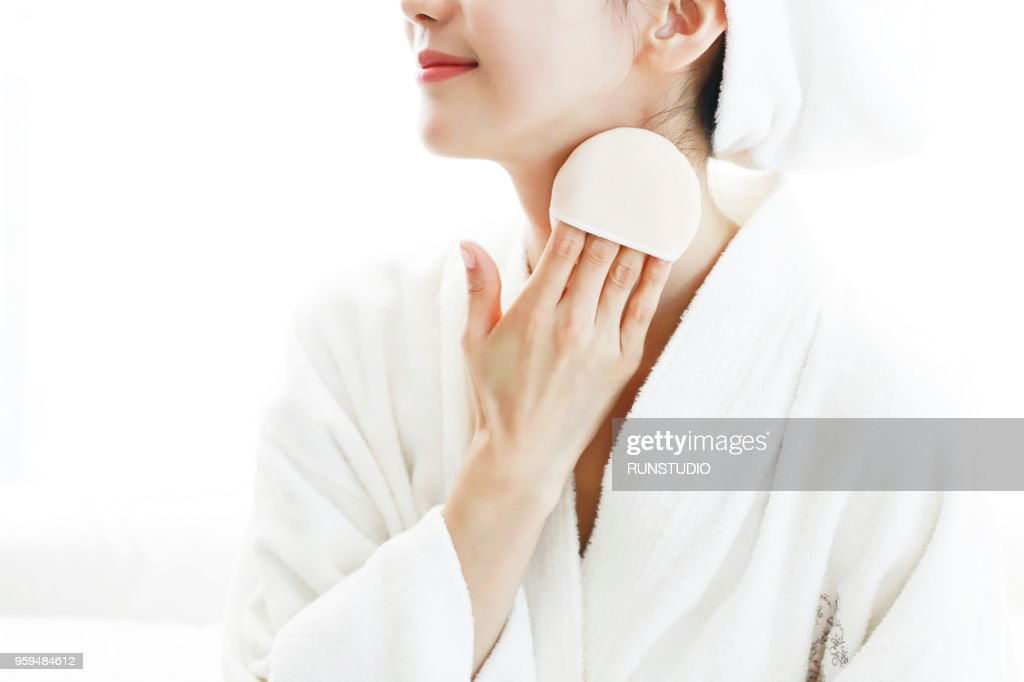 Close up of woman body powder on neck : Stock-Foto