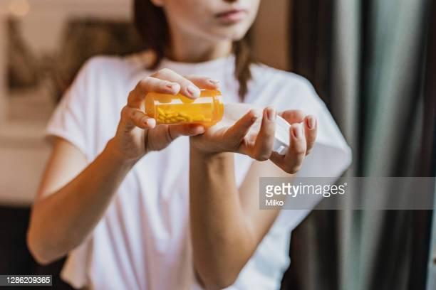 sluit omhoog van de bezitsmedicijnen van de vrouwenhand - pijnstiller stockfoto's en -beelden