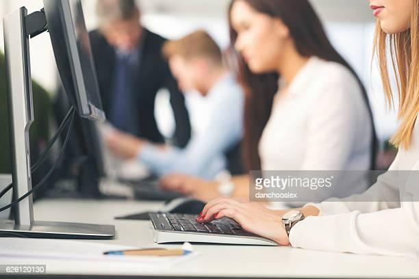 Nahaufnahme einer Frau Hand Tippen auf der Tastatur