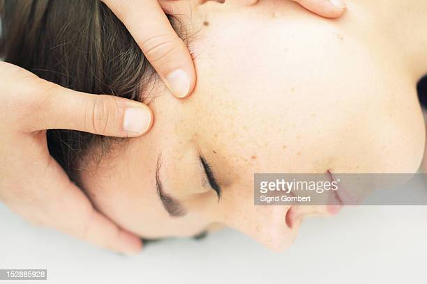close up of woman having scalp massage - sigrid gombert - fotografias e filmes do acervo