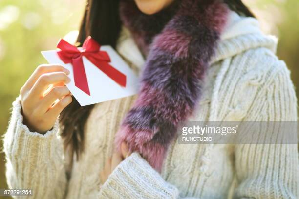 close up of woman holding gift card - gift card imagens e fotografias de stock