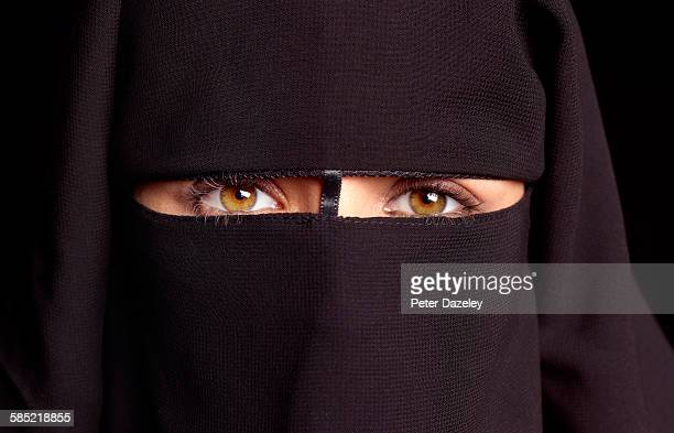 close up of woman in hijab - burka fotografías e imágenes de stock