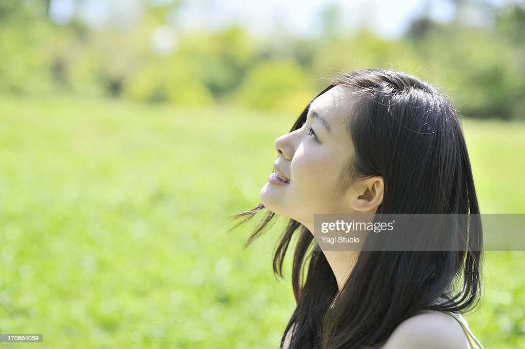Close up of woman in nature : ストックフォト