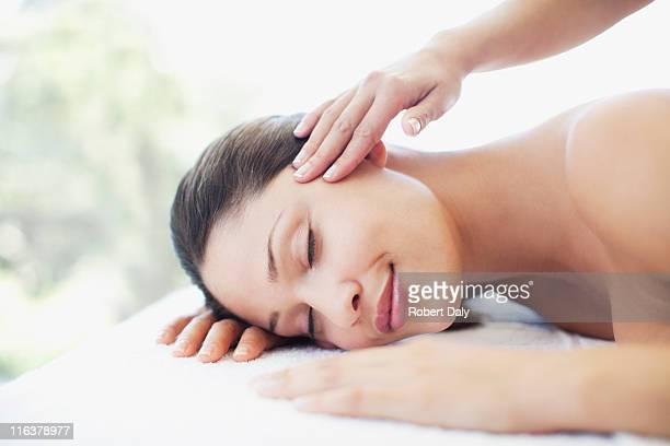 Gros plan de femme à recevoir un massage