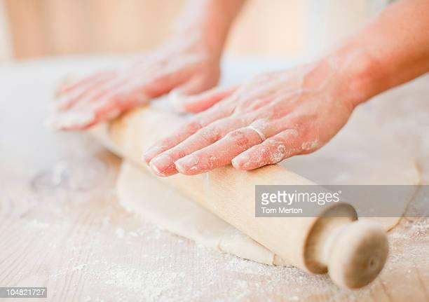 Gros plan de femme de préparation de pâte avec le Rouleau à pâtisserie sur
