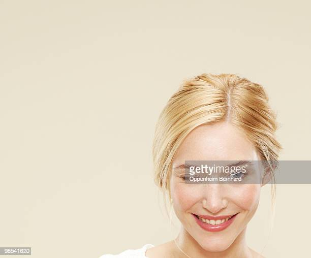 close up of woman smiling and winking  - jeune femme blonde photos et images de collection