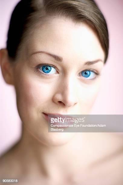 """close up of woman with blue eyes - """"compassionate eye"""" - fotografias e filmes do acervo"""