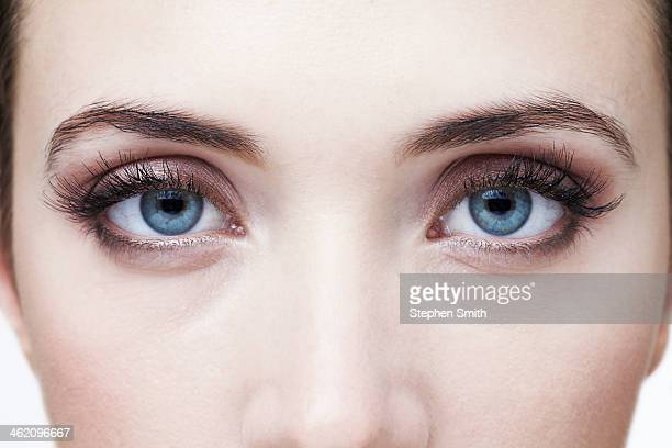 close up of womans eyes - yeux bleus photos et images de collection