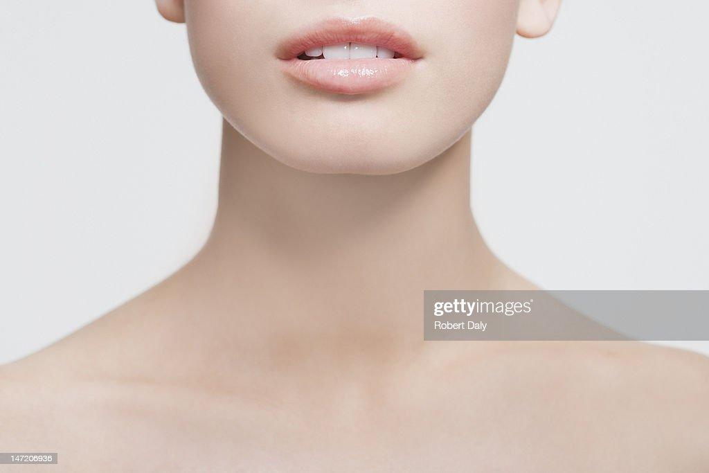 Nahaufnahme des weiblichen Mundes und Schultern : Stock-Foto