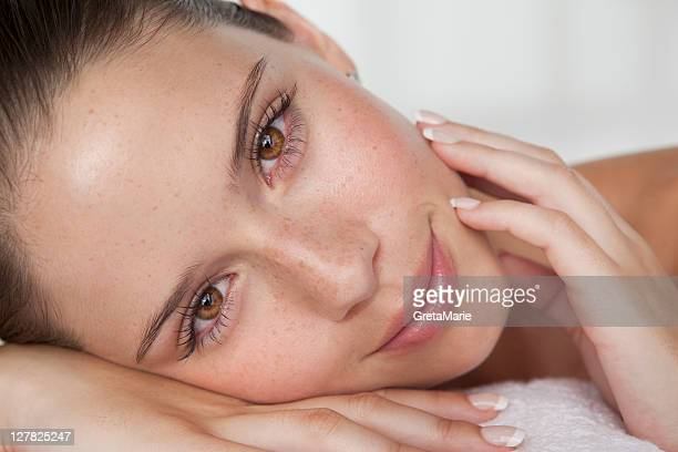 close up of woman's smiling face - beautiful woman imagens e fotografias de stock