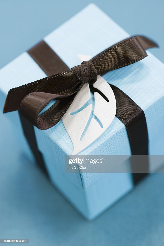 Close up of wrapped gift, studio shot : Stockfoto