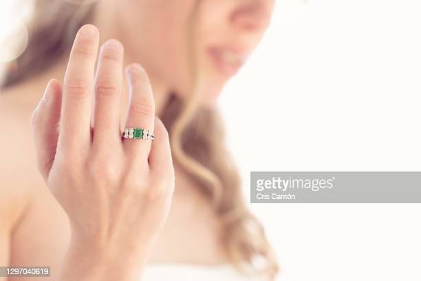 close up of young bride with engagement ring with diamonds and emerald - cris cantón photography fotografías e imágenes de stock