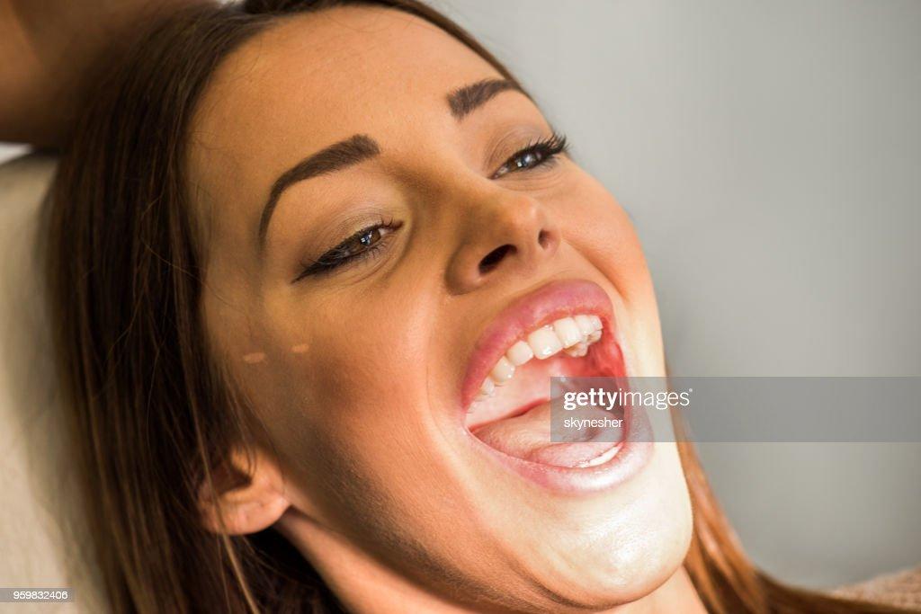Nahaufnahme von junge Frau mit ihrem Mund öffnete. : Stock-Foto