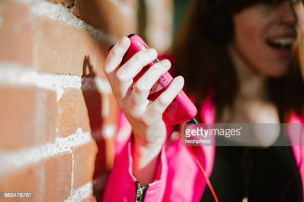 close up of young womans hand holding smartphone - heshphoto fotografías e imágenes de stock