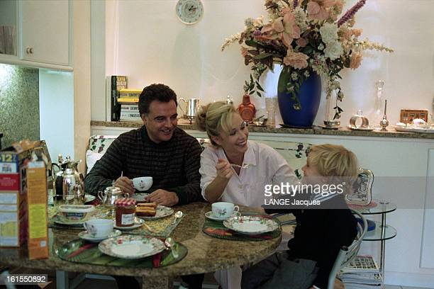Close Up On Alain Afflelou With Family At Home In Paris à PARIS Octobre 1995 Alain AFFLELOU prenant le petitdéjeuner avec son épouse Alexandra LORSKA...