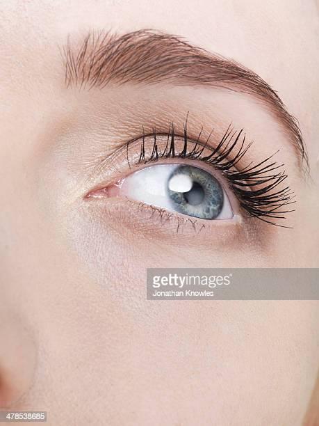 close up on an female eye, looking away - junge frau allein stock-fotos und bilder