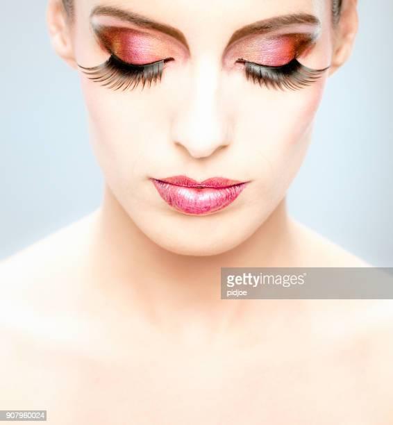 close-up no rosto feminino com multi colorido make-up e de olhos fechados - delineador - fotografias e filmes do acervo
