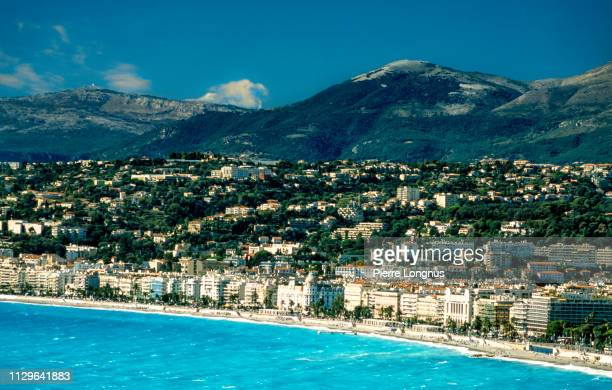 """close up on the city of nice shoreline, the """"promenade des anglais"""" the beach and luxury hotels, french riviera - アルプマリティーム ストックフォトと画像"""