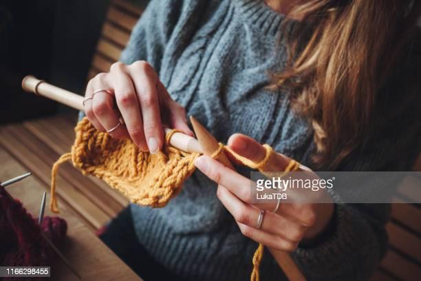 fermez-vous vers le haut sur le tricot de mains de femme - tricoté photos et images de collection