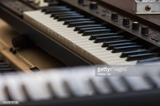 close up piano keyboards and sound recording equipment - gol di pareggio foto e immagini stock