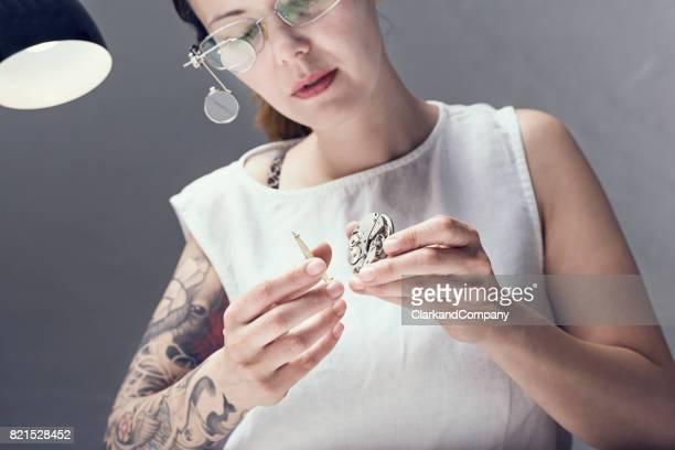 Gros plan le Portrait d'un horloger de femme au travail