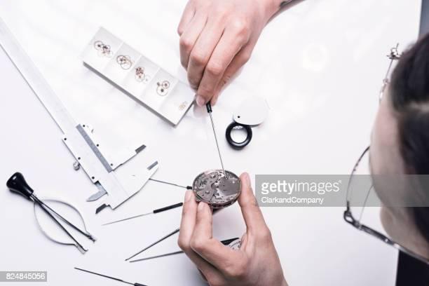 Close Up Portrait eines weiblichen Uhrmachers bei der Arbeit