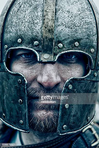 gros plan portrait d'un chevalier portant un casque - viking photos et images de collection