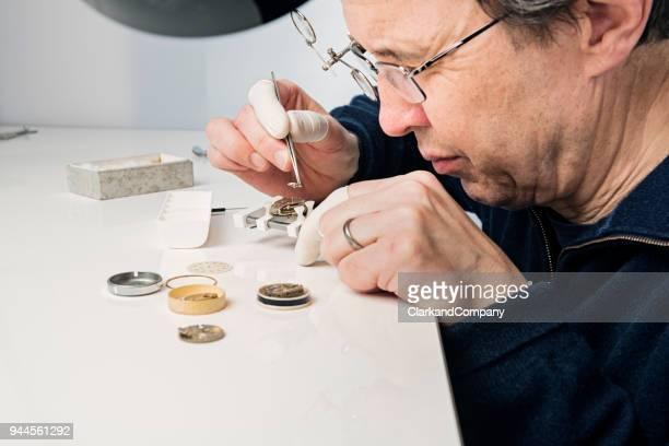 Nahaufnahme eines Portraits eines Watchmaker bei der Arbeit