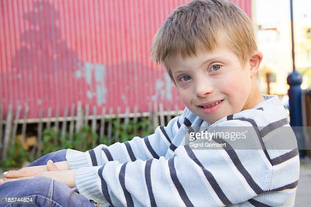 close up portrait of boy sitting outside - sigrid gombert stock-fotos und bilder