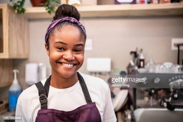 close-up retrato de alegre jovem barista feminino no café - 20 24 anos - fotografias e filmes do acervo
