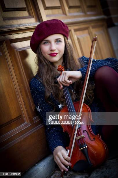 close up portrait of girl with violin - hoofddeksel stockfoto's en -beelden