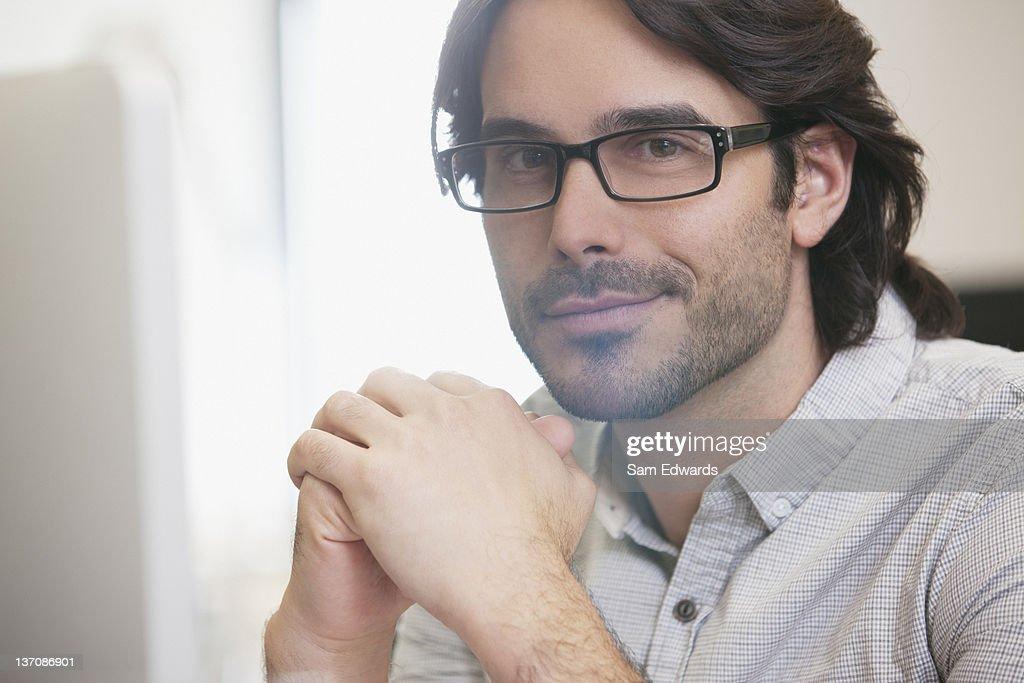 Close up portrait of smiling businessman wearing eyeglasses : Bildbanksbilder