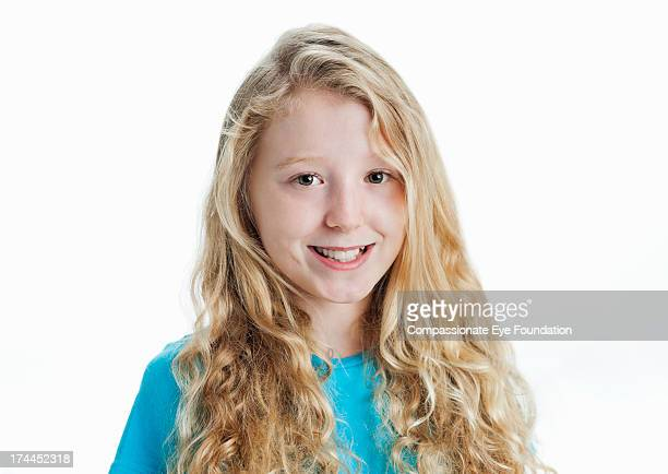 close up portrait of smiling girl (12-13) - 12 13 jaar stockfoto's en -beelden