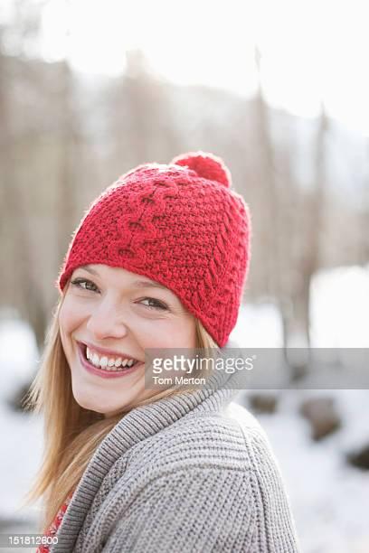 Nahaufnahme Porträt eines lächelnden Frau mit roter Mütze