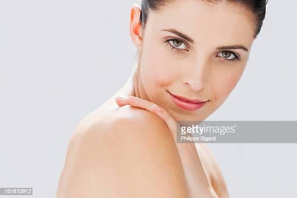 close up portrait of woman with bare chest - beautiful bare women photos et images de collection